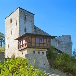 Nächtigen im Turm der Araburg, einfach ausgestattete Zimmer ohne Heizung und Dusche