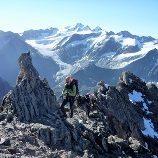 Am Beginn des Südgrates. Weiter entweder seilfrei oder in Kletterseilschaften. Großes Kino: der Blick auf die Wildspitze.
