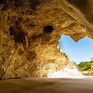 מבט אל תוך אחת המערות בגן הלאומי