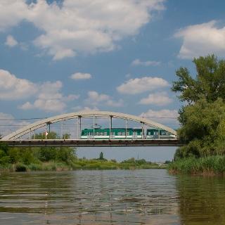 Az állomás mellett HÉV robog át a hídon