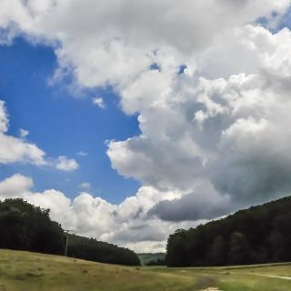 (1) Schöner Sommerhimmel über der Pfulb. Hier kann die Rundwanderung beginnen