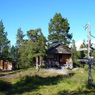 Immer wieder bieten Selbstversorgerhütten Unterschlupf am Wegesrand.