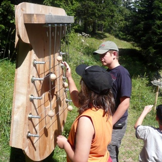 Instrument im Klangwald tùn resùn in Lohn