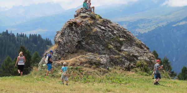 Kinder auf dem Felsen