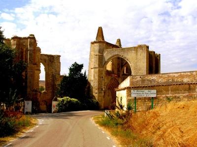 Strasse führt durch Ruine des Klosters San Antón