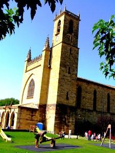 Obanos Kirche und Spielplatz
