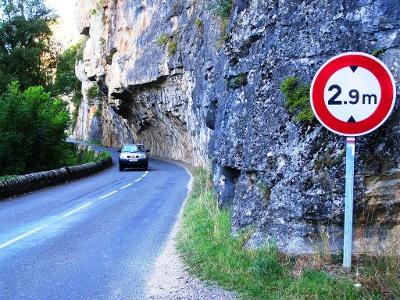 der Strasse dem Lot entlang bei Bouziès