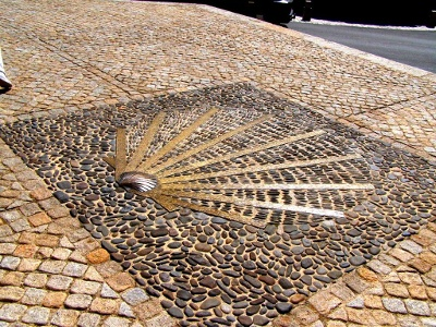 Symbol Jakobsweg vor Kirche Nasbinals
