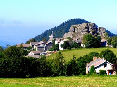 Blick auf Queyrières im vulkanischen Velay