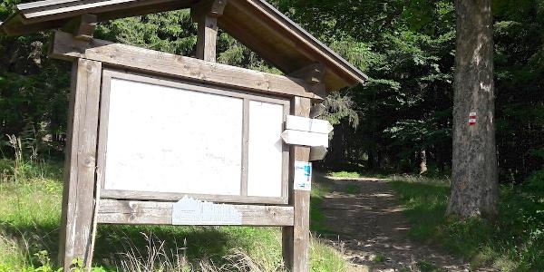 Wandertafel am Waldrand - rechts der Weg