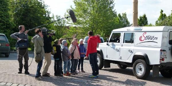 SERVUS TV bei Aufnahmen mit Schülern der VS Hollenthon (Copyright: Karl Gradwohl)