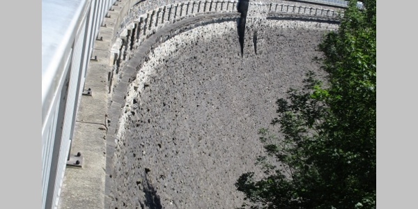 Staumauer der Geigenbachtalsperre