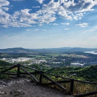 Jobbra a Duna, középen a Gerecse