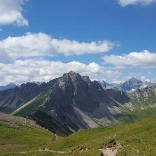 Hier teilt sich der Weg. Rechts Landsberger Hütte. Links Lachenspitze (der Wegweiser Lachenspitze schickt euch über die Landsberger Hütte auf den Normalweg)