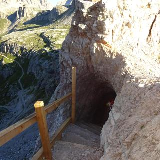 viele Stufen im Tunnel