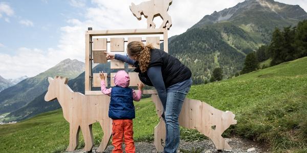Beim ersten Posten, dem Memory, wird den Besuchern der Alltag von Schellen-Urslie näher gebracht.