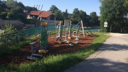 Fitnessgeräte an der Laufstrecke
