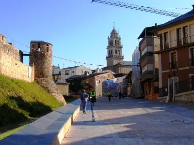 Ponferrada: Stadtmauer und Kirche