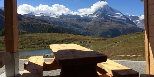 So macht der Mittagshalt Spass: Rastplatz mit Sicht aufs Matterhorn.
