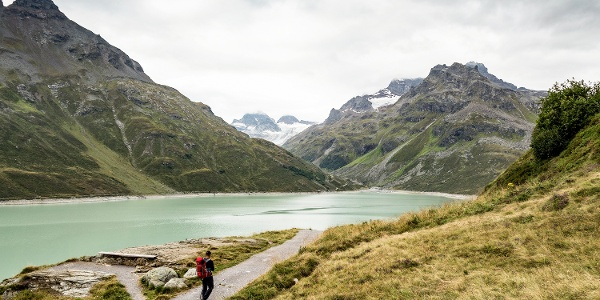 Am Silvrettasee entlang, vor einem der Piz Buin mit dem Ochsentaler Gletscher