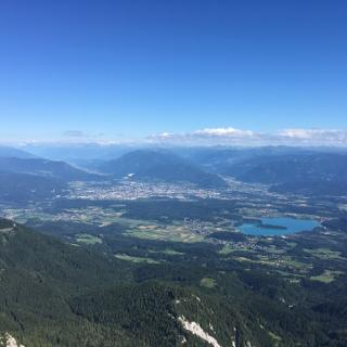Blick über Villach mit dem Faaker See