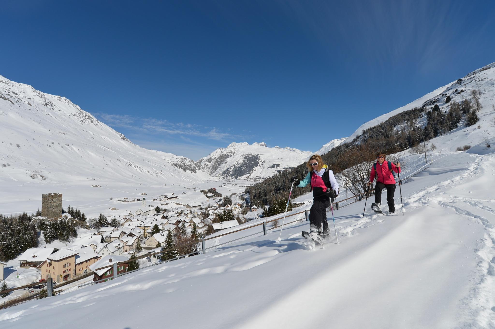 Auf Schneeschuhen unterwegs oberhalb Hospental