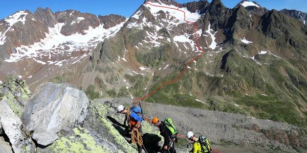 Blick vom Urkund-Nordgrat auf die Bliggspitze mit dem Verlauf des Zustiegs zum Südgrat (Aufstieg) und der Abseilstelle nach dem Abstieg über den Ostgrat.