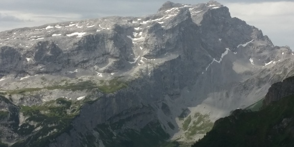 Sulzfluhstock von Norden aus gesehen, in der Bildmitte der sog. Rachen