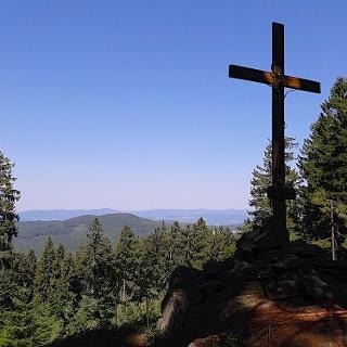 Gipfelkreuz mit Arberblick am Hadriwa-Höhenweg