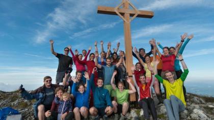 Pyramidenspitze mit allen Aufstell-Helfern des neuen Gipfelkreuzes