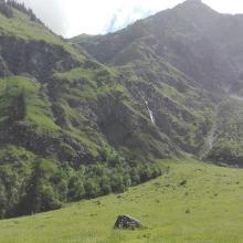 Blick vom Oybachtal auf den Wanderweg