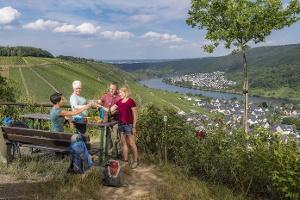 Weingenuss an der Domgartenhütte (Foto: Klaus-Peter Kappest, Quelle: Rhein-Mosel-Eifel-Touristik)