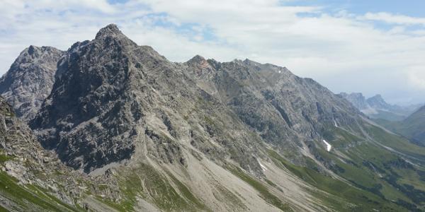 Im Vordergrund Salarueljoch und Schafberg. Im Hintergrund rechts Schesaplana Spitze. Im Hintergrund links Panülerkopf