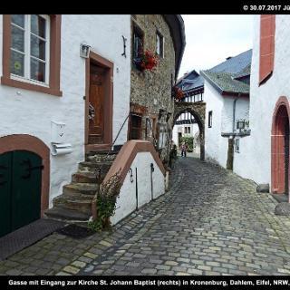 Gasse mit Eingang zur Kirche St. Johann Baptist (rechts) in Kronenburg