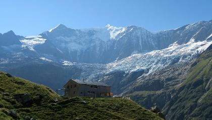 Berghaus Bäregg mit Fiescherwand.