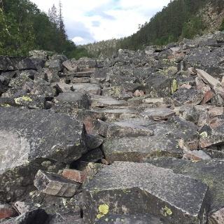 Quarzitblock Weg in der Isokuru Schlucht