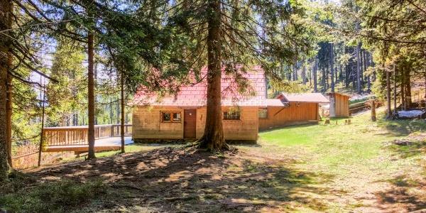 Nordseite der Alpkogelhütte des ÖTK, sie liegt idyllisch mitten im Wald