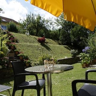 Gartensitzplatz mit Blick in den Garten
