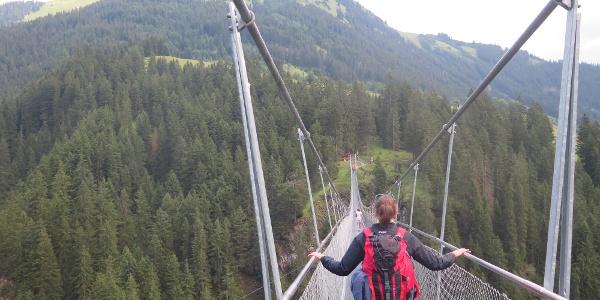 Überqueren der Holzgauer Hängebrücke