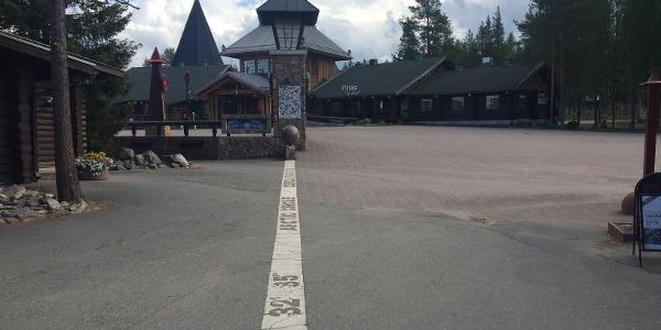 Der Polarkreis verläuft durch das Weihnachtsmann Dorf in Rovaniemi