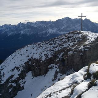 Gipfel, dahinter Blick ins Wettersteingebirge mit Zugspitzgipfel