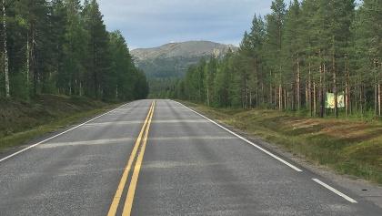 Straße in Finnisch-Lappland mit Blick aufs Fjäll