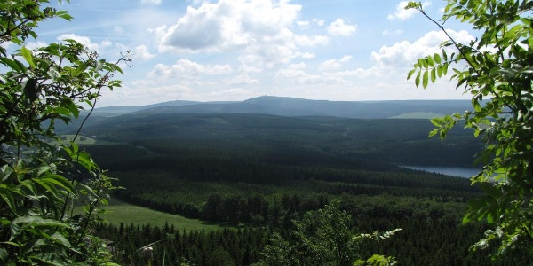 Blick vom Bärenstein auf den Fichtelberg