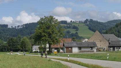 Beliebte Anfahrt   nach St. Peter über das Ibental, Auf dem Höhenrücken grüßt die Lindenberg-Kapelle.