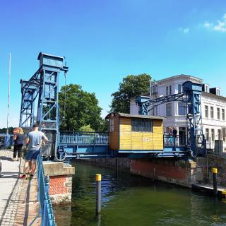 Historische Hubbrücke in Plau am see
