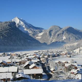 Blick auf das winterliche Bizau