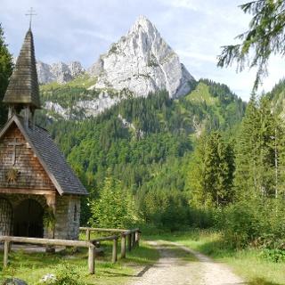 Kapelle am Wankerfleck mit dem Geiselstein im Hintergrund