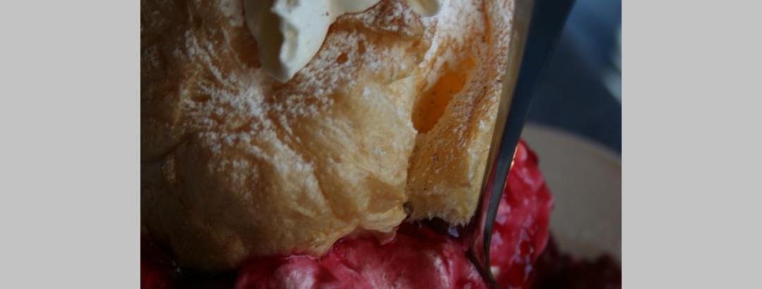 Der Klassiker - Windbeutel mit Sauerkirschen und Vanilleeis