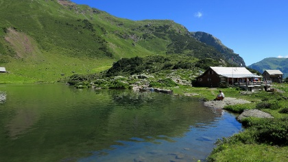 Oberer Murgsee mit Berggasthaus.