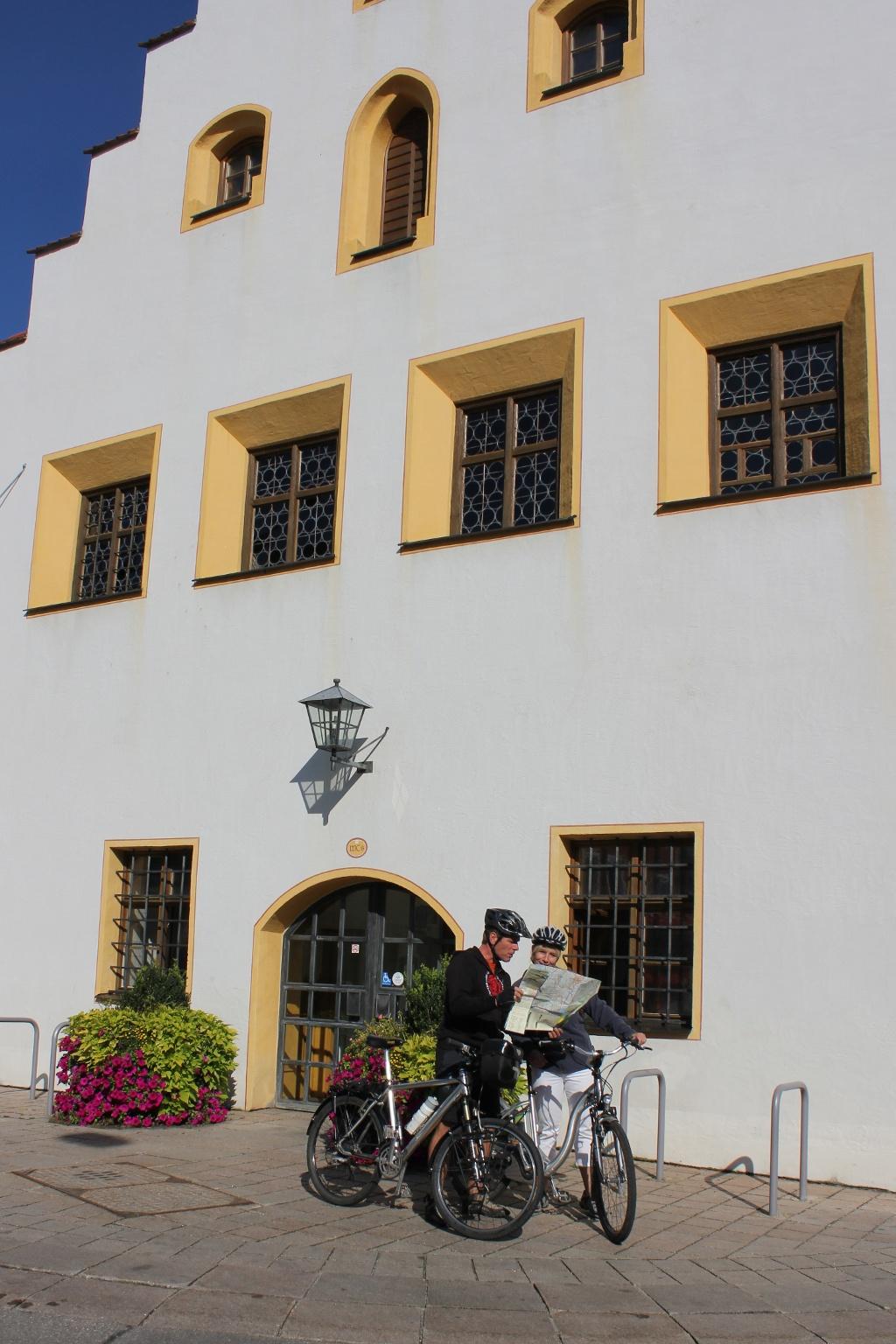 Vor dem Ballenhaus in Schongau einen letzten Blick in die Karte werfen (Gabriele Zelisko)